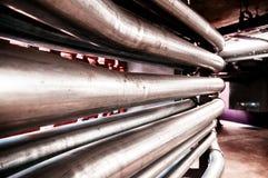 在大厦里面的工业水管道,金属管子关闭  免版税库存图片
