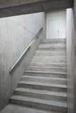 在大厦里面的钢筋混凝土楼梯 免版税库存图片