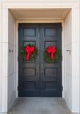 在大厦门的两个圣诞节花圈 免版税库存图片