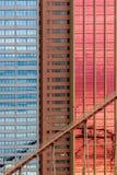 在大厦门面的几何样式与天空和云彩refle 免版税库存图片