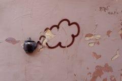 在大厦门面的老茶壶在维尔纽斯,立陶宛 图库摄影