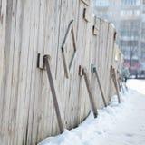 在大厦附近的临时木篱芭 库存照片