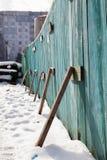 在大厦附近的临时木篱芭 免版税库存照片