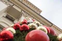 在大厦附近的圣诞树 库存照片
