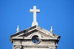 在大厦顶部的十字架 库存图片