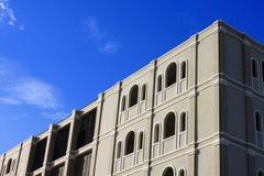 在大厦顶部的清楚的天空 免版税库存图片