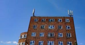 在大厦顶部的细胞天线 免版税库存图片