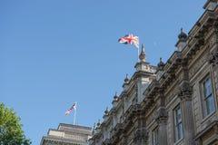 在大厦顶部的英国旗子 库存照片