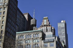 在大厦顶部的水塔 库存图片