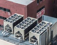 在大厦顶部的AC单位 免版税库存图片