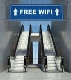 在大厦,自由wifi符号的移动自动扶梯台阶 库存图片