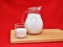 在大口水罐和玻璃的牛奶 免版税库存图片