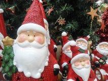 在大和小大小的圣诞老人小雕象 库存图片