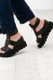 在大块的凉鞋的妇女脚 免版税库存照片