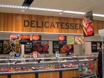 在大型商场的熟食。 免版税库存照片