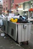 在大型垃圾桶的垃圾 免版税库存图片