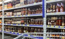 在大型超级市场地铁的陈列室酒精饮料 库存图片