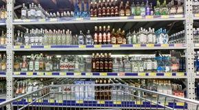 在大型超级市场地铁的陈列室酒精饮料 图库摄影