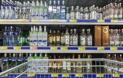 在大型超级市场地铁的陈列室酒精饮料 免版税库存照片