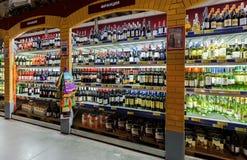 在大型超级市场地铁的陈列室酒精饮料 免版税库存图片