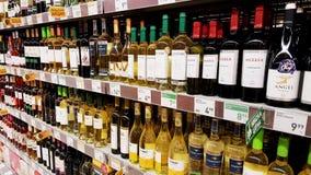 在大型超级市场的酒精饮料 免版税库存照片