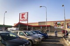 在大型超级市场的Kaufland商标从德国链子,一部分的2017年1月21日的施瓦茨Gruppe在布拉格,捷克共和国 免版税库存照片