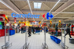 在大型超级市场道路交叉点的照片 库存图片
