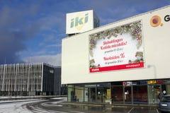 在大型超级市场附近的离开的圣诞节早晨 免版税库存照片