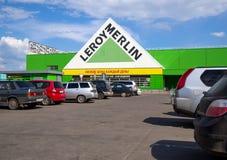 在大型超级市场`李洛埃默林`,市的汽车停车处沃罗涅日 免版税图库摄影