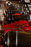 在大型驱逐舰的大炮18 世纪 免版税库存图片