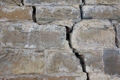 在大城堡墙壁上的一个裂缝 免版税图库摄影