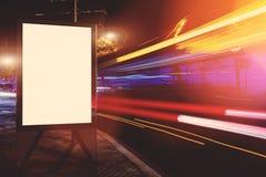 在大城市倒空与拷贝空间的电子广告牌您的正文消息或增进内容的,社会信息板 免版税库存照片