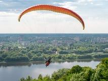 在大城市的滑翔伞飞行 图库摄影