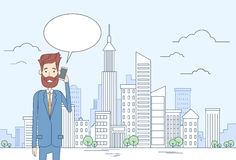 在大城市视图的商人聪明的手机谈话商人闲谈泡影通信 库存照片