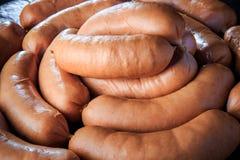 在大堆的宏观看法未加工的短的浓肉香肠 免版税库存照片