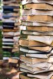 在大堆的老被染黄的书 有用的材料 完成大学 到研究生院 得到知识 免版税库存照片