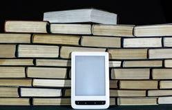 在大堆背景的E书在黑暗的背景关闭的书 免版税库存图片
