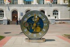 在大学前面的机械手表在罗斯托夫On唐 免版税库存照片