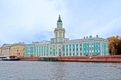 在大学堤防和内娃河码头的Kunstkamera在圣彼德堡,俄罗斯 免版税库存照片