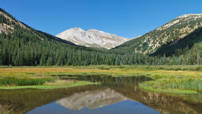 登上反射在Mountain湖的耶鲁 免版税库存照片