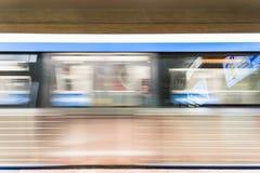 在大学正方形地铁站的移动的火车 库存图片