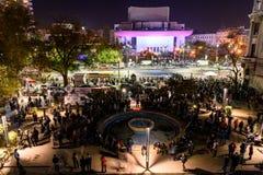在大学正方形的人聚集和国家戏院在第二天反对腐败和政府的抗议 库存图片