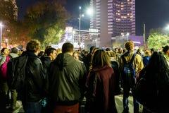 在大学正方形的人聚集和国家戏院在第二天反对腐败和罗马尼亚政府的抗议 库存图片