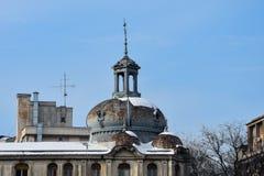 在大学正方形Piata Universitatii的老大厦屋顶 库存图片