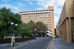 在大学生联盟大厦之外的学生在墨尔本大学 免版税库存图片