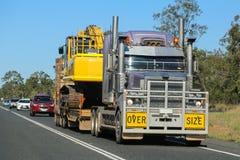 在大小卡车运输在澳大利亚 免版税图库摄影