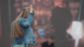 在大屏幕前面的年轻快乐的女孩跳舞在音乐节 股票录像