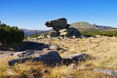 在大山的人岩石 库存照片