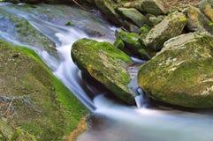 在大山的小河 免版税库存图片