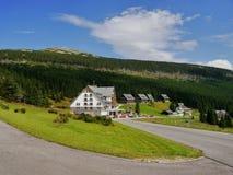 在大山的山村庄 免版税库存照片